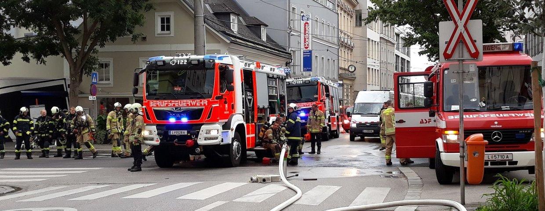 Brand Einsatz - Gebäude mit Menschenansammlung